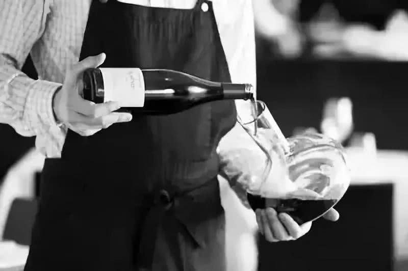 倒红酒的正确方式是什么?喝红酒的礼仪有哪些?