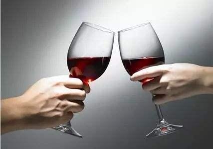 红酒碰杯礼仪?碰杯时用杯肚碰杯