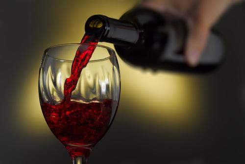 倒红酒的正确姿势,红酒什么时候续杯比较好?