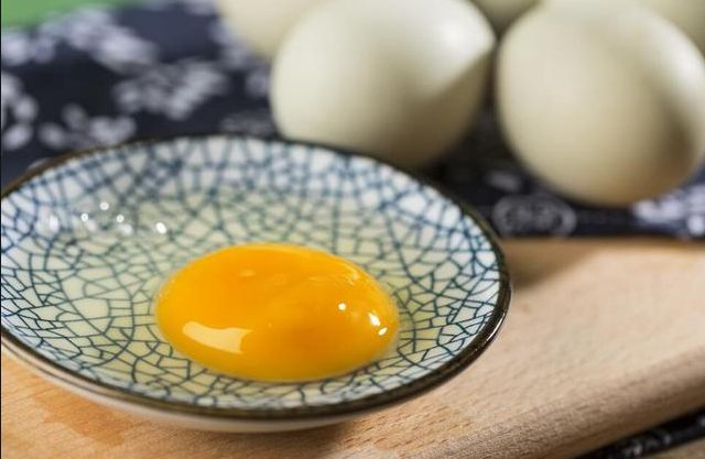 为什么有的人喝白酒加生鸡蛋?原来有这些好处