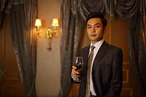 红酒杯的正确持杯姿势是怎样的?如何正确的碰杯?