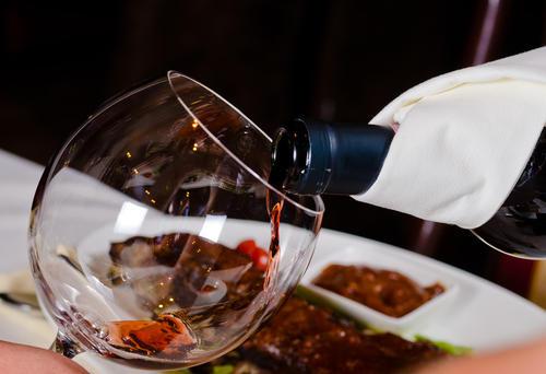 倒红酒的礼仪,一瓶红酒可以倒多少杯?