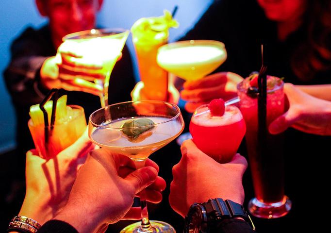 鸡尾酒是什么酒,属于饮料类
