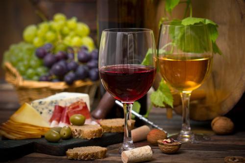 香港的葡萄酒商:内地访客降八成,繁荣何时再现?