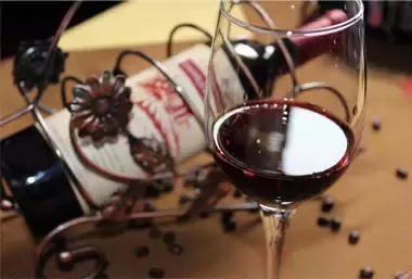 晚上喝白葡萄酒和红酒哪个好