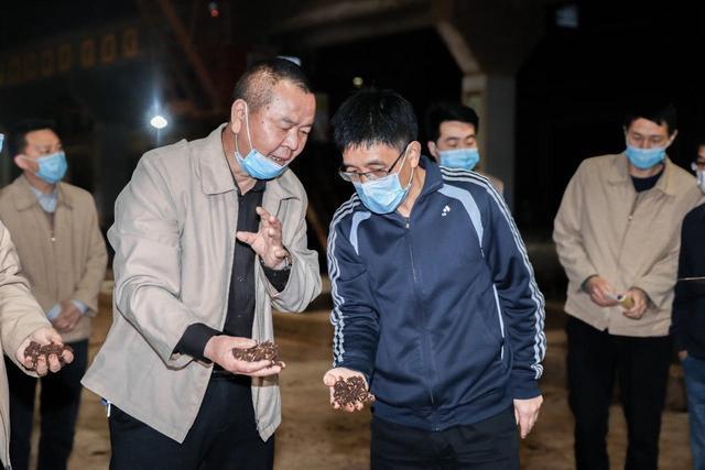 茅台集团董事长高卫东一行到制酒生产车间品尝新烤出的基酒