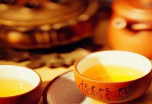 黄酒和白酒哪一个更健康?黄酒更有利于身体健康。