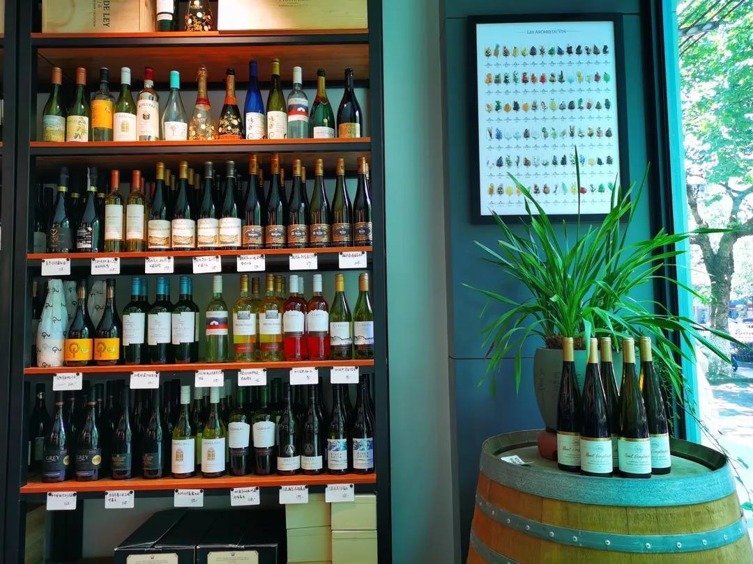 """日销71瓶""""非干红"""",老板说自己的酒铺更像""""时装店"""""""