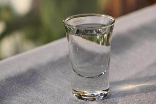 为什么酱香酒不用透明瓶子装?酱香酒为什么要用陶瓷坛装?