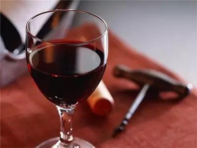 红葡萄酒比白葡萄酒更有利于睡眠吗?睡前喝葡萄酒有什么好处?