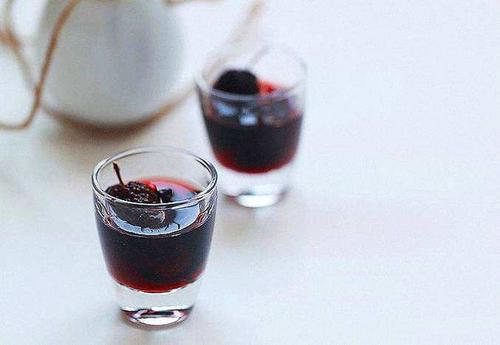 春困秋乏应该喝什么酒?春秋季喝紫酒缓解乏累。