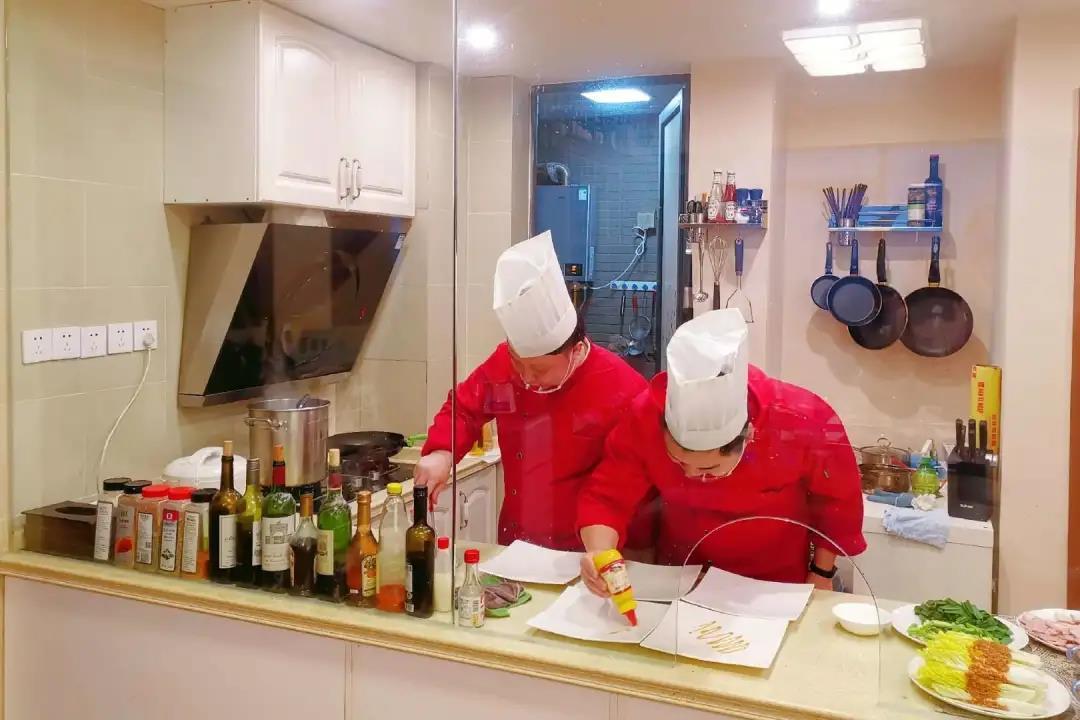 """成都葡萄酒窖圈最近开始流行""""共享厨师"""""""