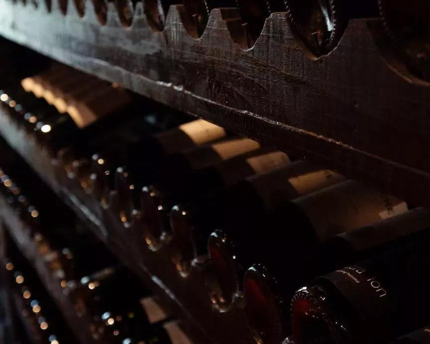 葡萄酒都必须卧放吗?