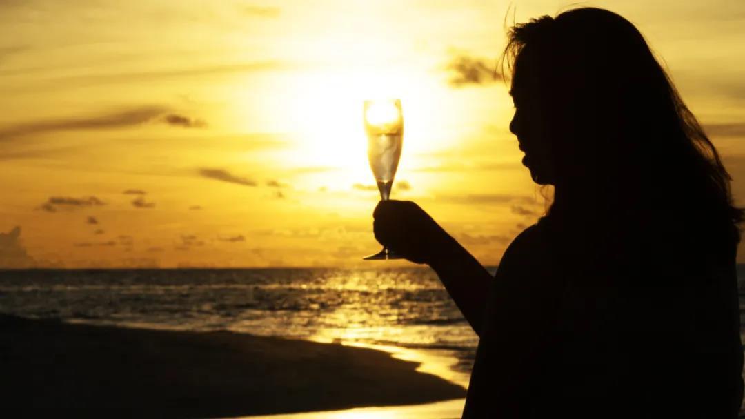 新时代女性吃酒买乐子成为她们的消费新趋向