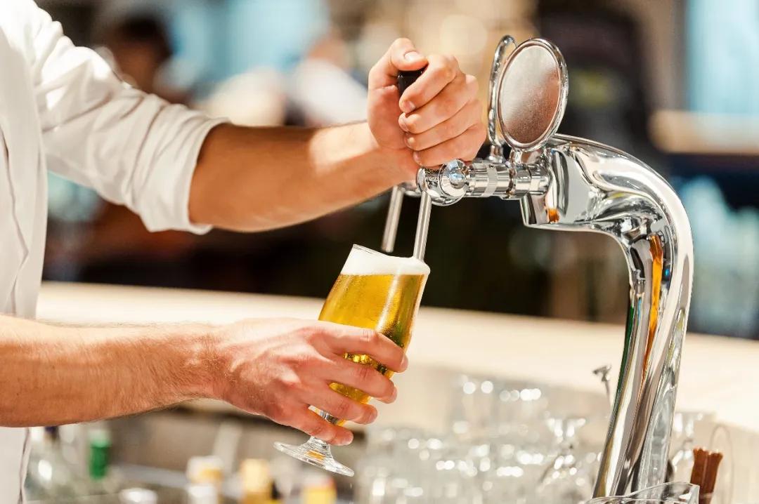 卖这么贵的精酿啤酒,到底比传统啤酒好在哪?